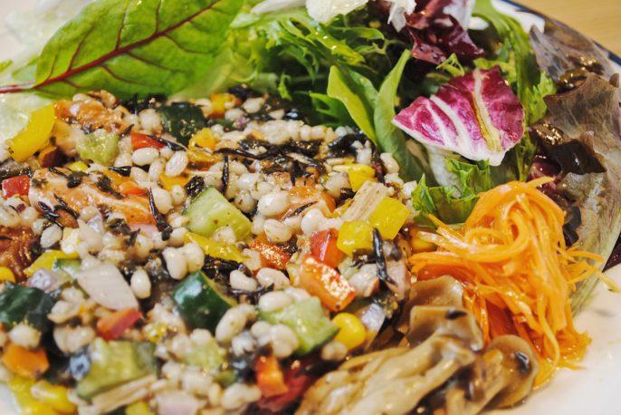 鮪(マグロ)とサーモン、大麦の塩麹サラダ